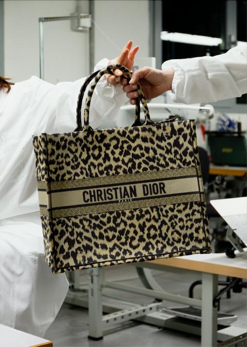 Dior presenteert Book Tote-tas met luipaardprint
