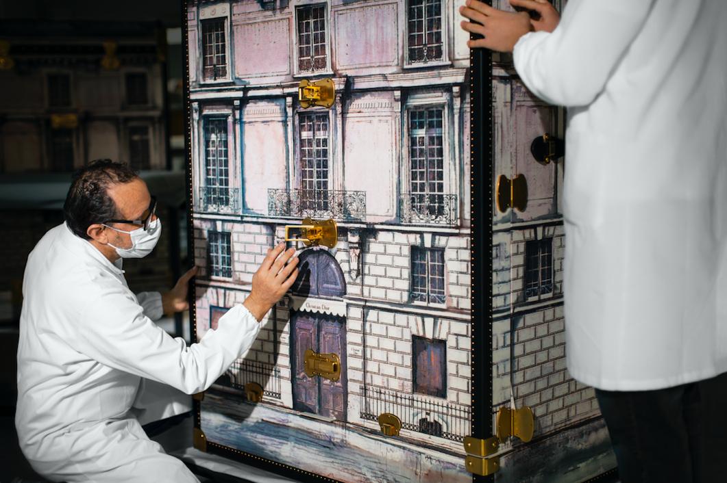 Bekijk hier hoe de Dior Trunk wordt gemaakt